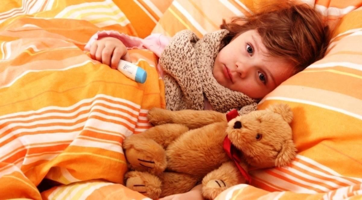Простуженный ребенок с медвежонком
